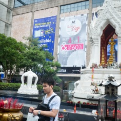 Image of praying at Erawan Shrine, Bangkok (10)